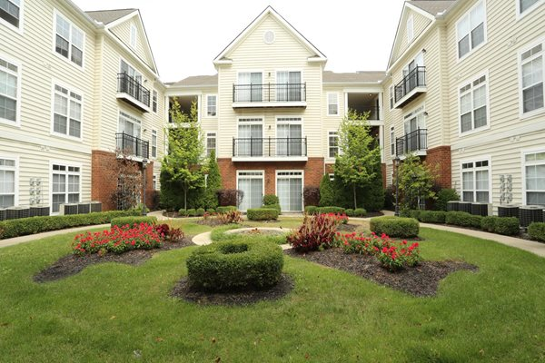 lushly landscaped courtyards at Central Park Apartments in Worthington, Columbus, OH