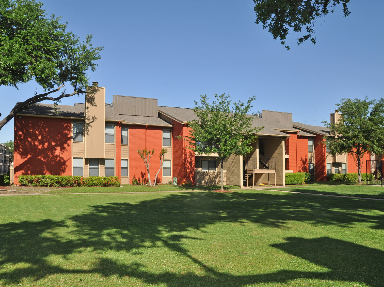 Manicured Lawn | Apartment Homes in Dallas, TX | Deerfield Apartments