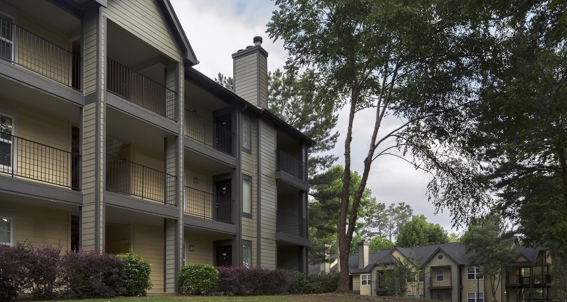 Outside buildings of Grand Highlands at Mountain Brook Apartment Homes Vestavia, Birmingham, AL 35223