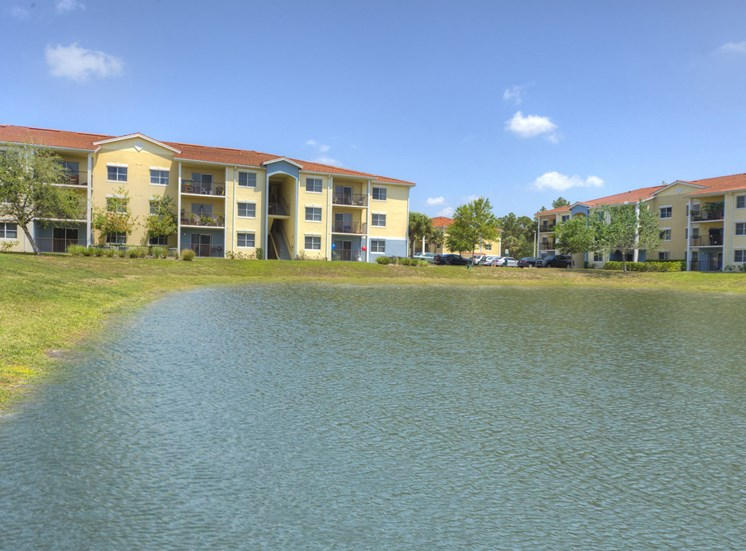 Tuscan Isle Apartments Exterior Pond