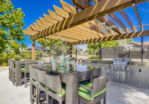 Vista Promenade Luxury Apartment Homes Lifestyle - Outdoor Lounge Area & Grill
