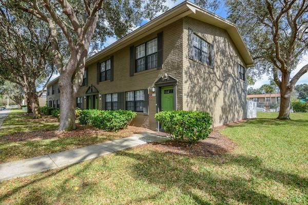 Veridian Townhomes apartments Melbourne, FL 32935 well-kept landscaped community