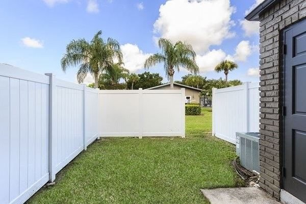 Veridian Townhomes apartments Melbourne, FL 32935 partially fenced back yards with access for groundskeeping