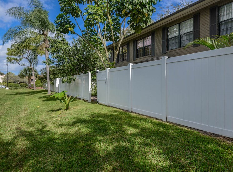 Veridian Townhomes apartments Melbourne, FL 32935 beautiful fencing at each home
