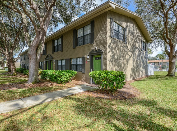 Veridian Townhomes apartments Melbourne, FL 32935 nicely manicured landscaping