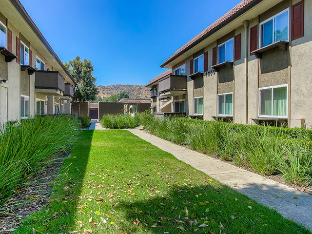 Beautifully Landscaped Grounds With Walking Trails at Sage Creek Apartment Homes, CA, 93063