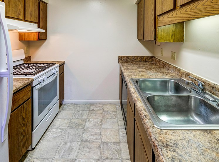 Kitchen with refrigerator, oven, sink, and plentiful cabinetry at Briarwood Columbus
