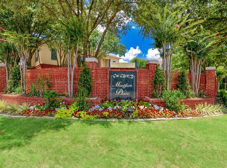 Curb appeal at Montfort Place in North Dallas, TX, For Rent. Now leasing 1 and 2 bedroom apartments.