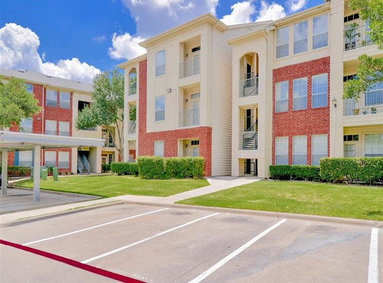 Carports and balconies of Montfort Place in North Dallas, TX, For Rent. Now leasing 1 and 2 bedroom apartments.