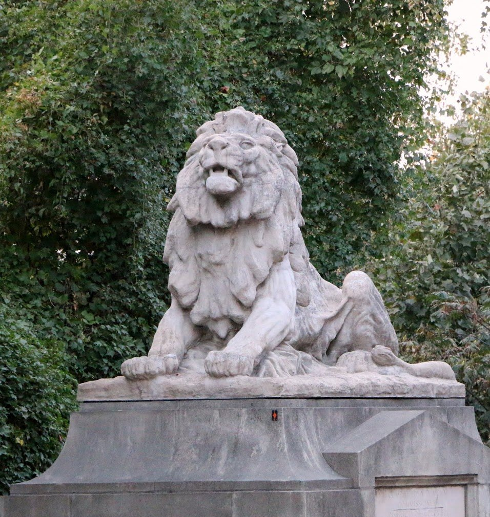 National Zoo Monument near Calvert House Apartment