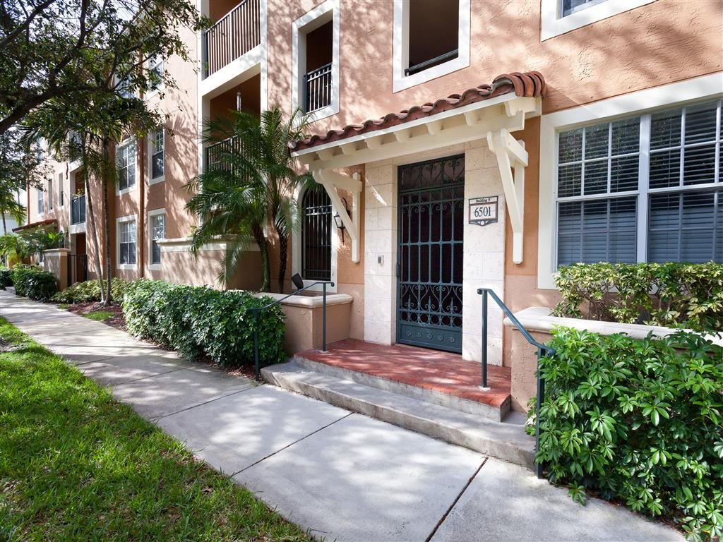 Photos and Video of Crescent House Apartments in Miami ...
