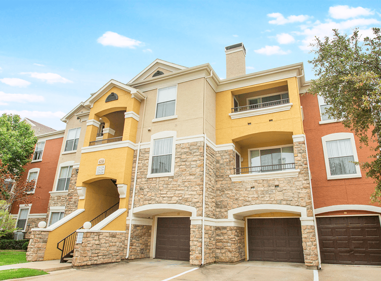 Grand Venetian apartments with direct-access garages in Irving, Texas
