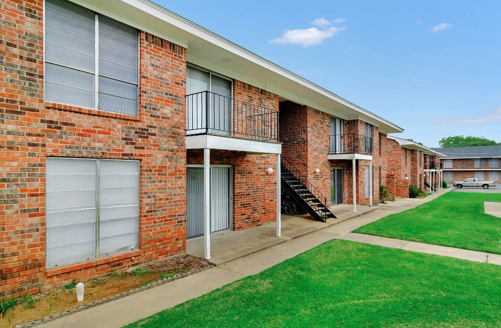Side View at The Columns Apartments in Stephenville TX