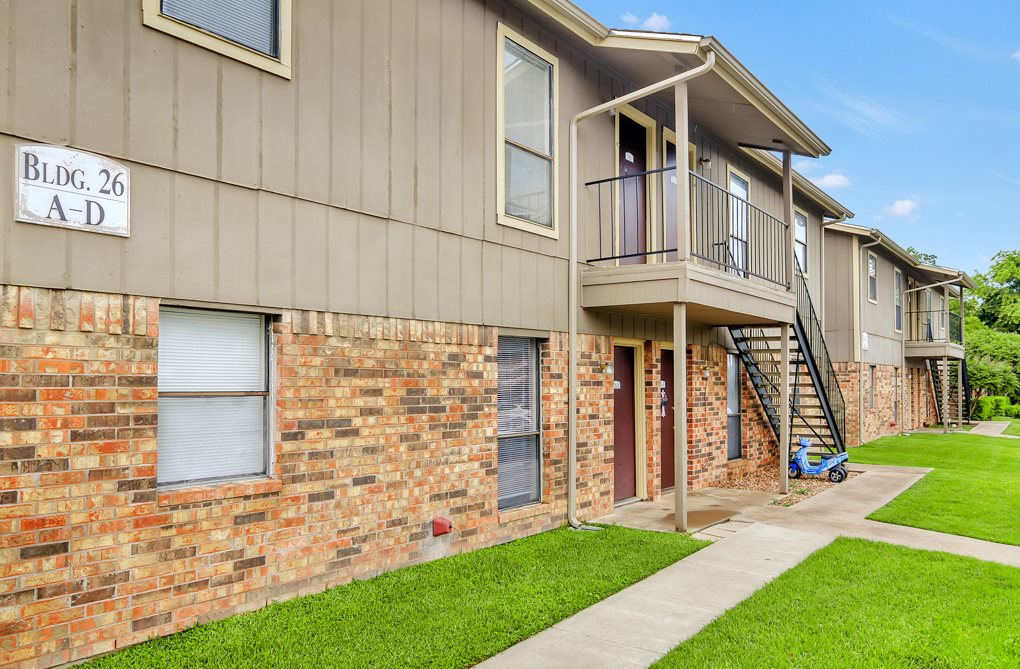 Exterior of Oak Tree Apartments in Stephenville, TX