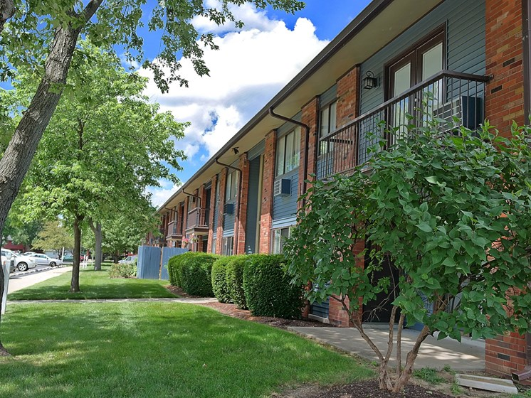 Courtyard With Green Space at Kingston Square Apartments, Indianapolis