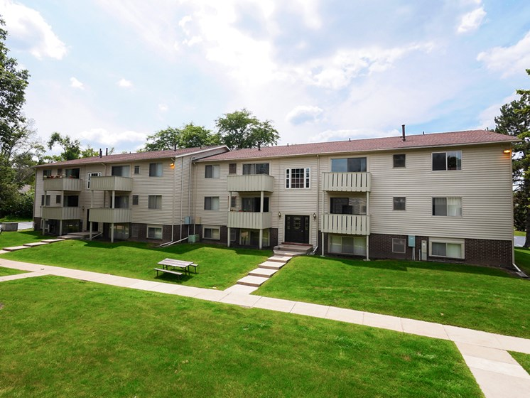 Beautiful Courtyards At Castle Pointe Apartments, East Lansing, MI