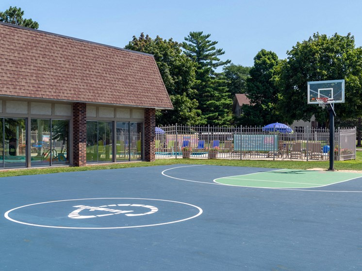 Basketball Court At Castle Pointe Apartments, East Lansing, MI