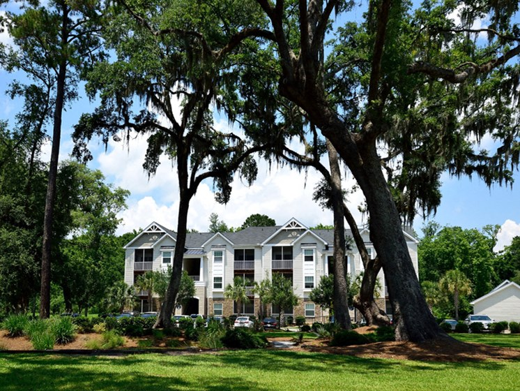 Shaded Outdoor Courtyard Area at Abberly Pointe Apartment Homes, Beaufort
