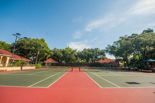 Residents can enjoy a game of tennis at Grande Oasis in Tampa, FL.