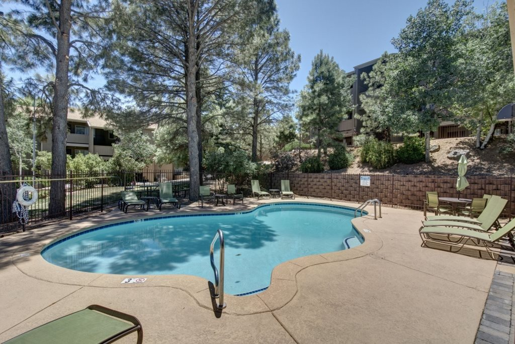 Country Club Vista Apartments Swimming Pool