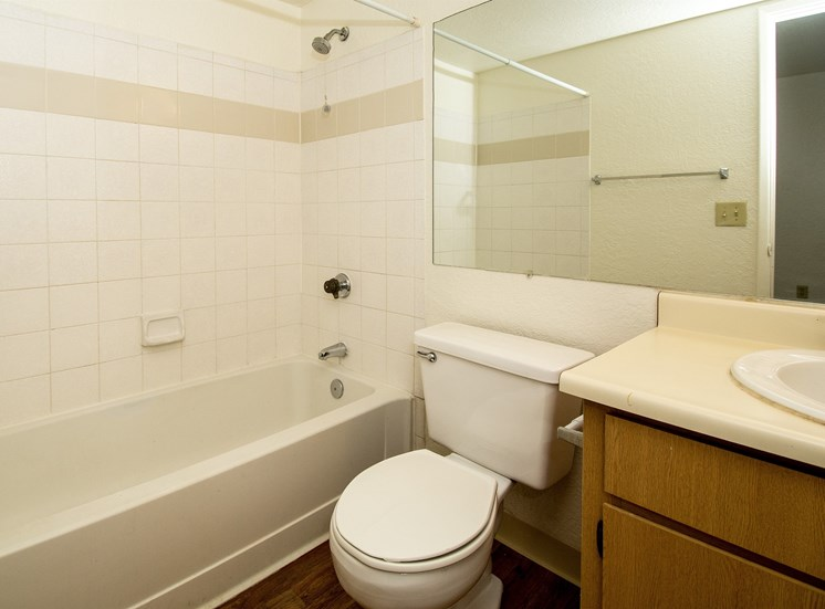 Woodlands Village 1 Bedroom Apartment Full Bathroom