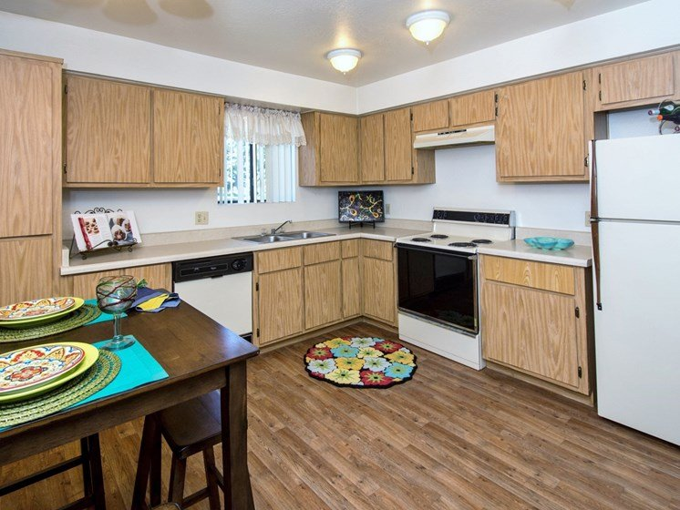 2 Bedroom Apartment Large Eat-In Kitchen