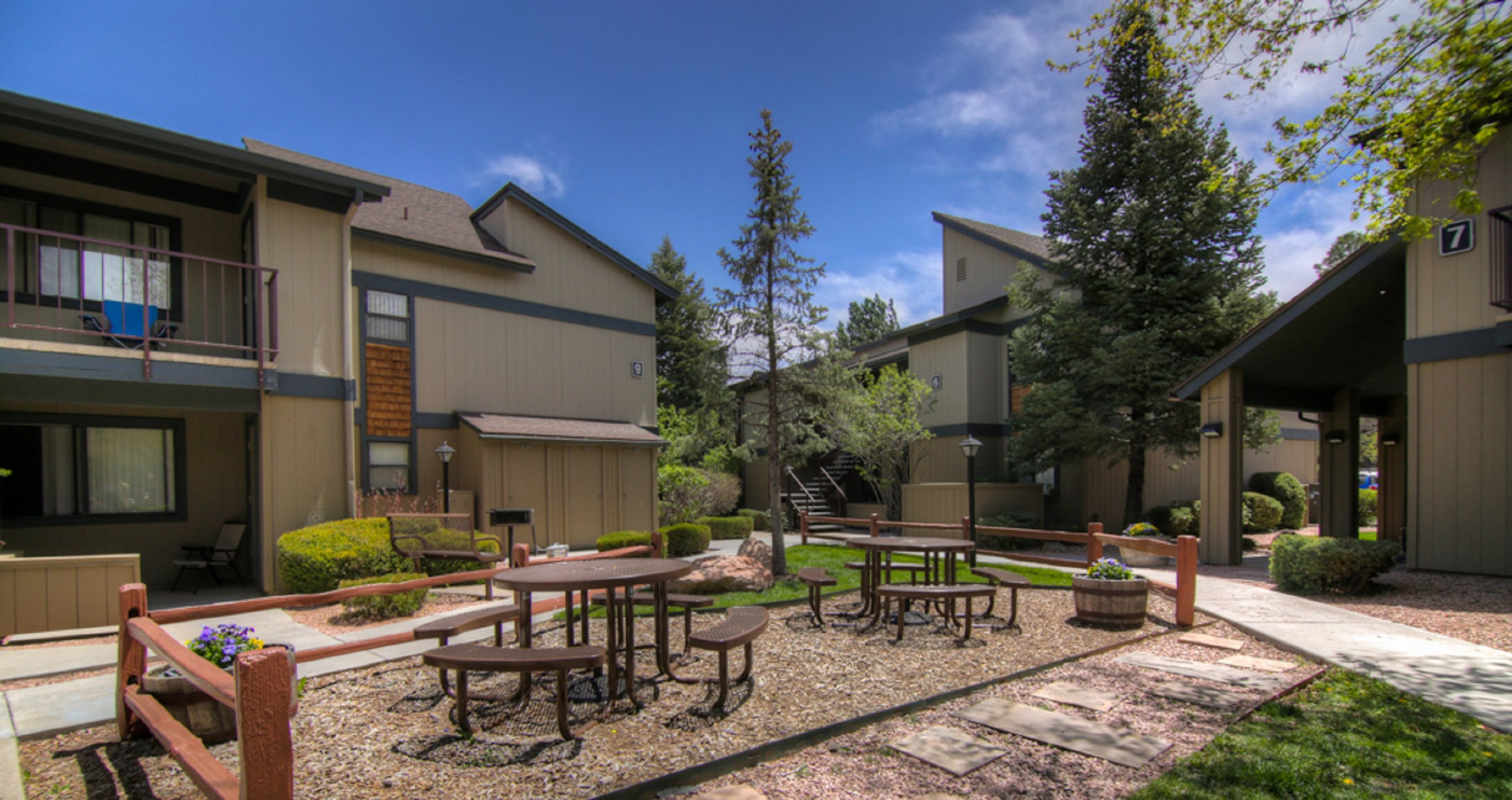 Beautiful Courtyard with Picnic Tables at University Square Apartments, Flagstaff, AZ