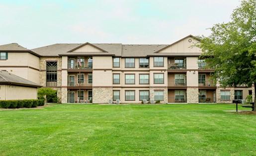 Exterior Apartment View at Primrose of Pasadena - Active Senior Living, Pasadena, TX