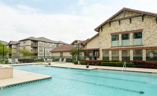 Poolside BBQ and Picnic Area at Primrose of Pasadena - Active Senior Living, Texas