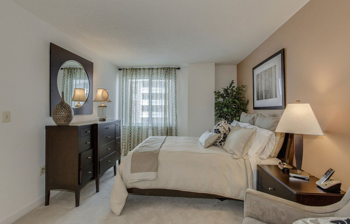 The Metropolitan offers spacious master suites in Maryland, with large windows and plush carpeting.