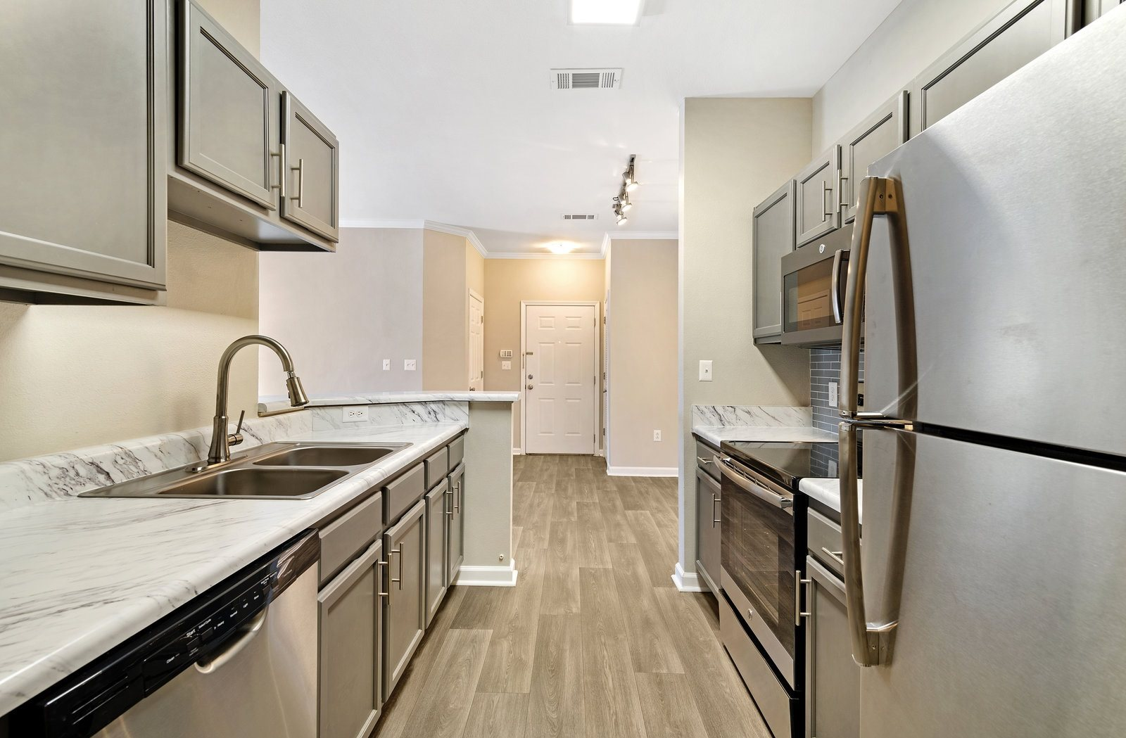 Fully Equipped Kitchen At Fairfield Lakes Apartments
