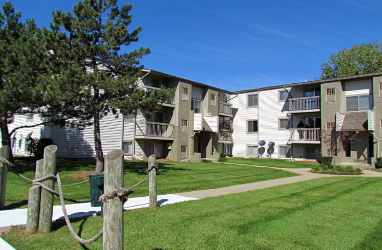 Sterling Heights, MI, Sterling Lake Apartments & Townhomes Courtyard