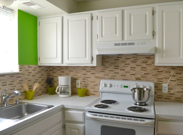 Sterling Lake Apartments - Kitchen - Sterling Heights, MI