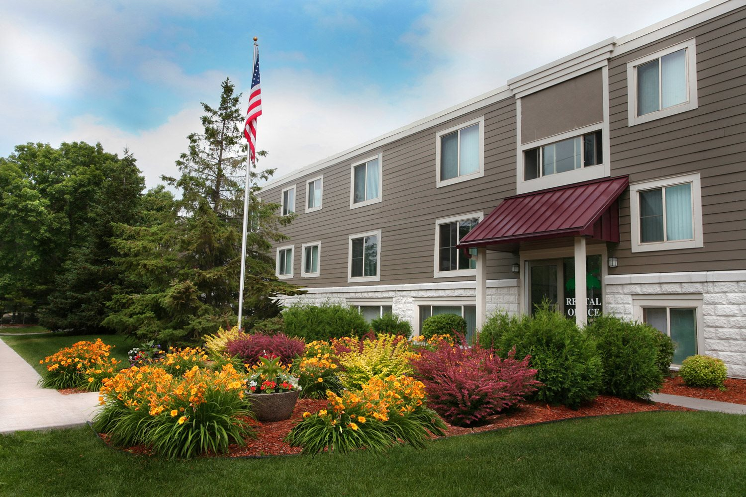 Minnehaha Manor Apartments in Oakdale, MN Building Exterior