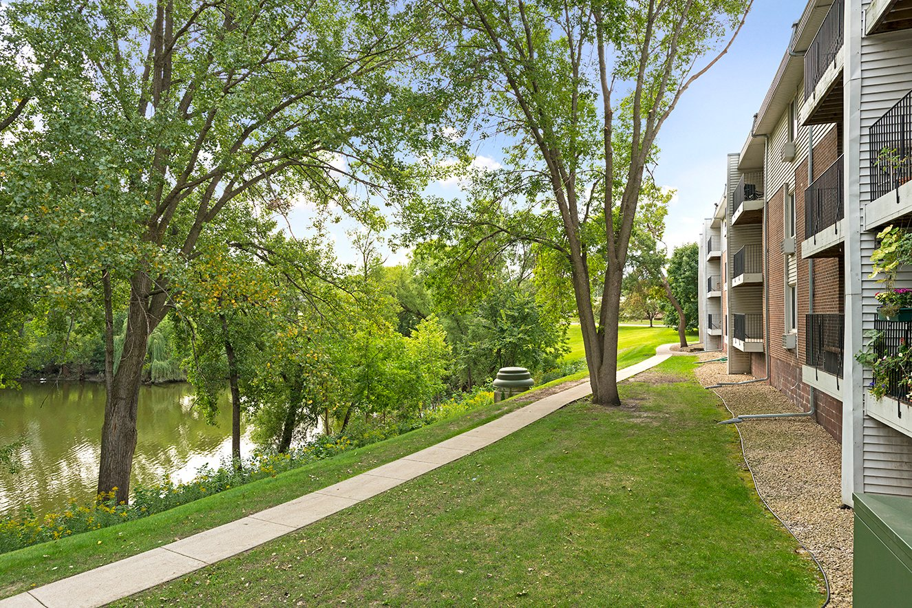 Willow Pond Apartments in Burnsville, MN Building Exterior