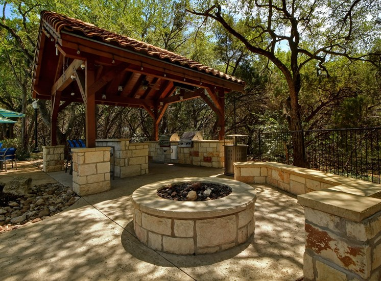 Outdoor Grilling Area at Nalle Woods Apartments in Austin, Texas