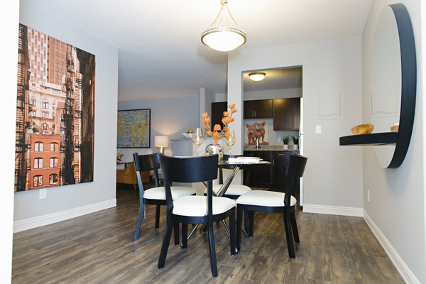 dining room at Valley Creek Apartments, Woodbury, MN 55125
