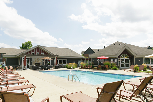resort style pool at Valley Creek Apartments, Woodbury, MN 55125