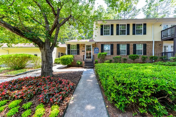 Lush landscaping at Emerald Pointe Apartment Homes | Riverdale, GA 30274