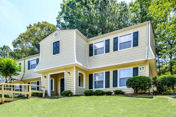 Lush landscaping at Lakeside Apartment Townhomes | College Park, GA 30349