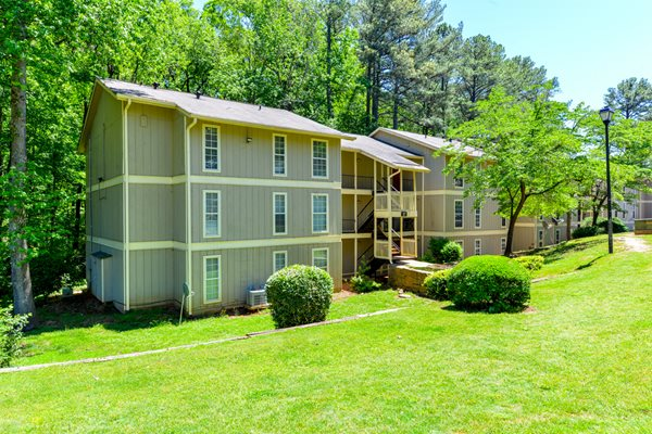 Professionally maintained landscaping at Linden Ridge Apartment Homes | Stone Mountain, GA 30083