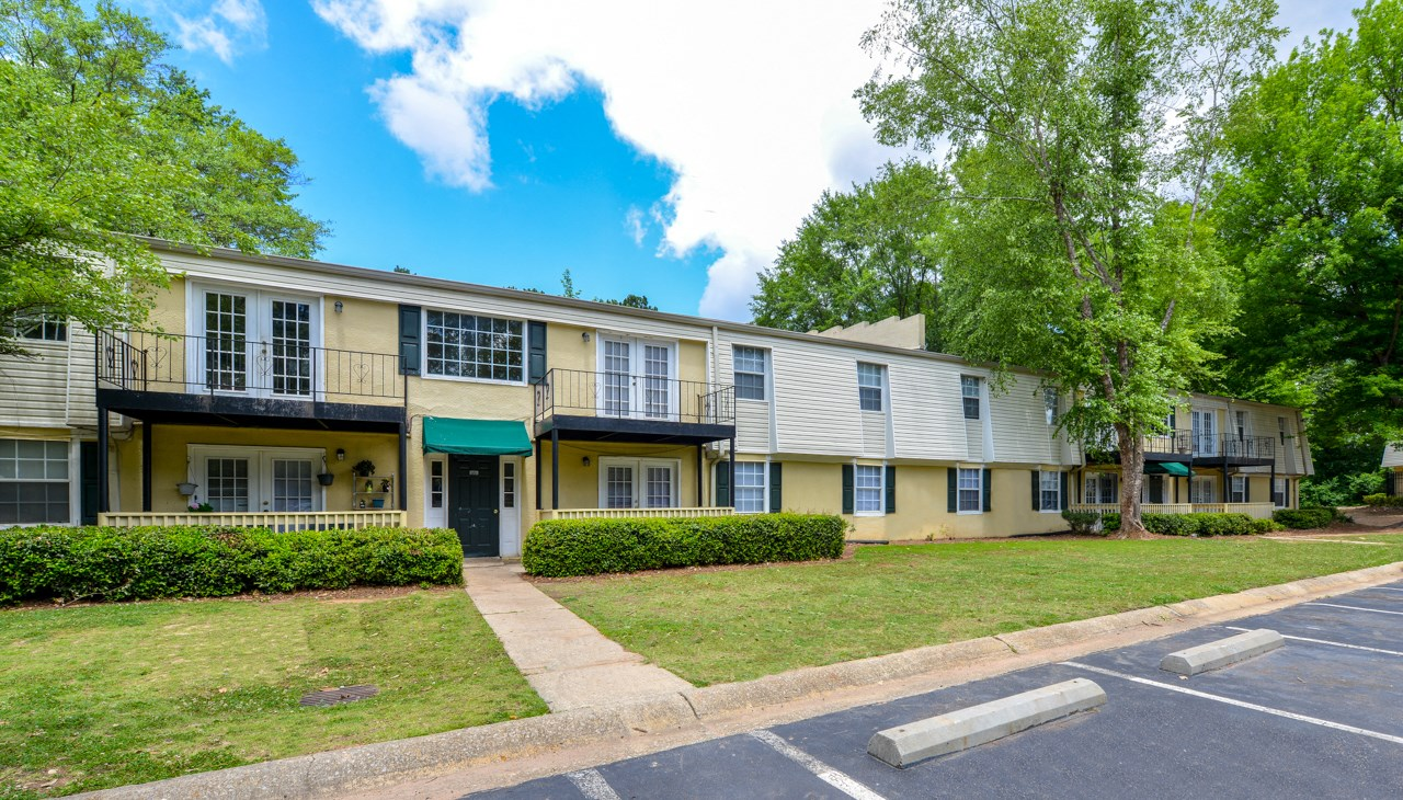 Well maintained buildings and landscaping| Energy efficient windows and doors | Oak Run Apartment Homes | Jonesboro, GA 30236