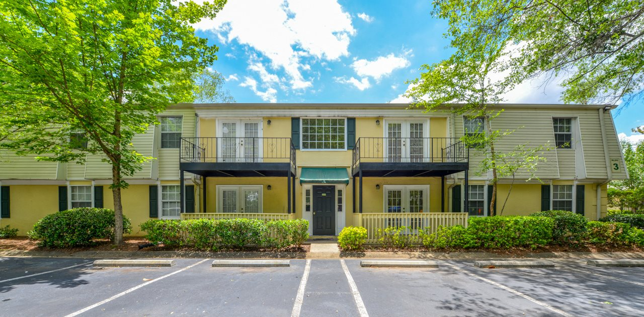 Well maintained buildings and landscaping| Reasonable rental rates | Oak Run Apartment Homes | Jonesboro, GA 30236