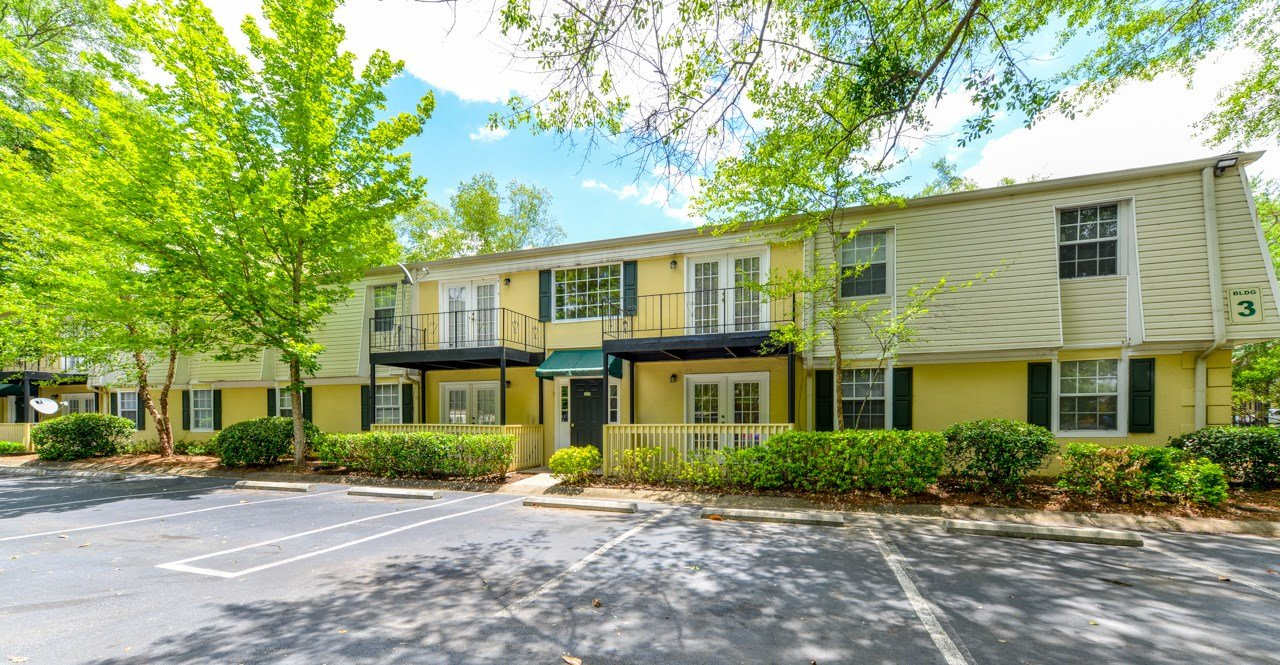 Well maintained buildings and landscaping| Ask about move in specials | Oak Run Apartment Homes | Jonesboro, GA 30236