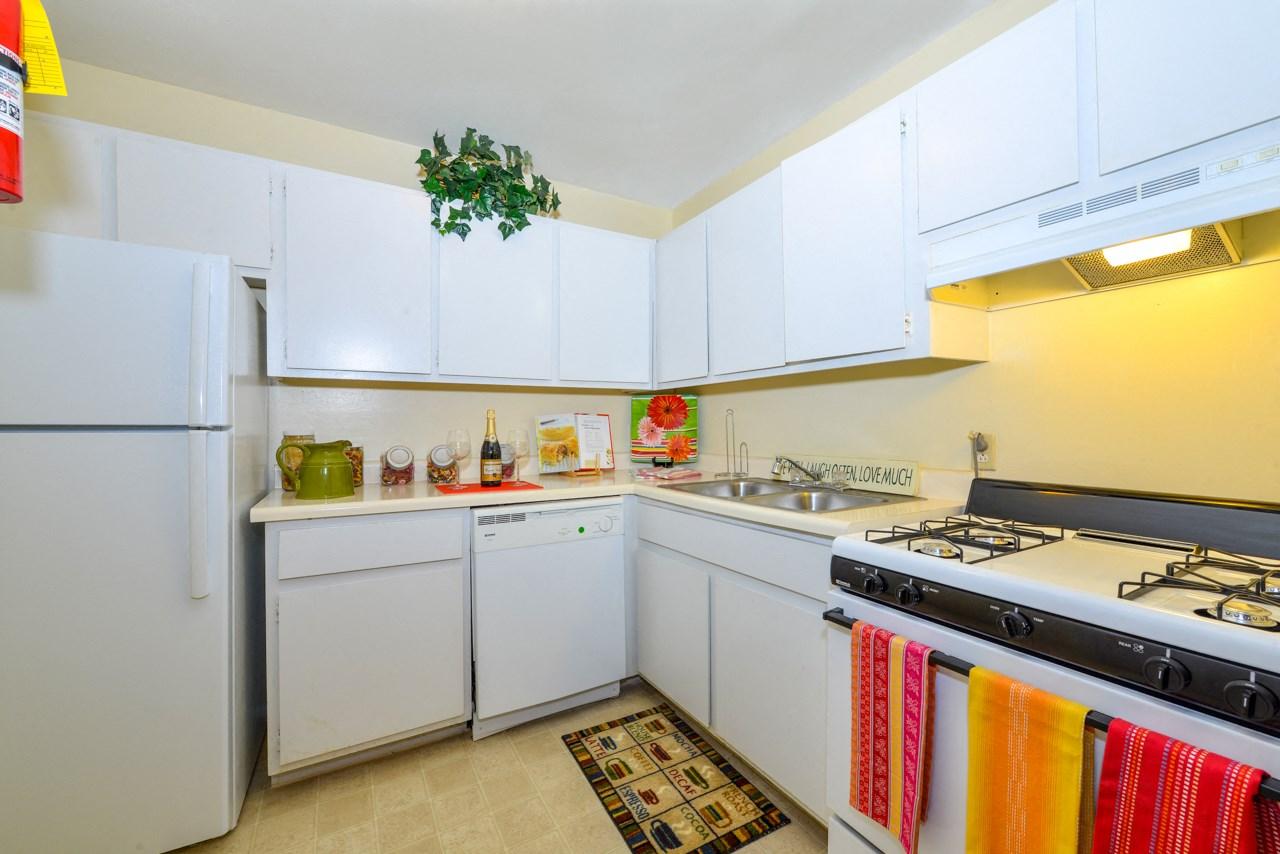Fully Equipped Kitchen | Energy efficient windows and doors | Oak Run Apartment Homes | Jonesboro, GA 30236