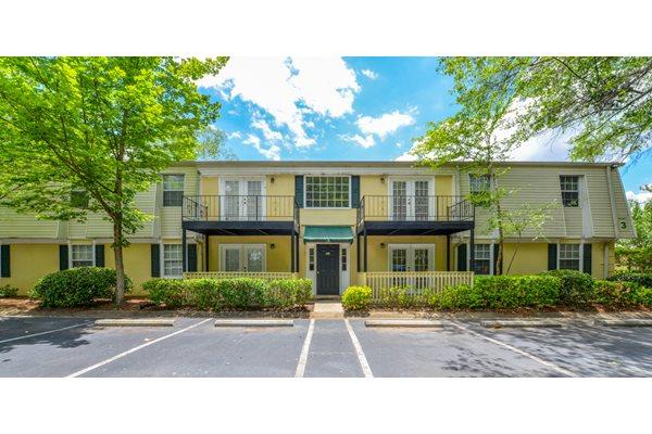 Professional Landscaping at Oak Run Apartments | Jonesboro, GA 30236