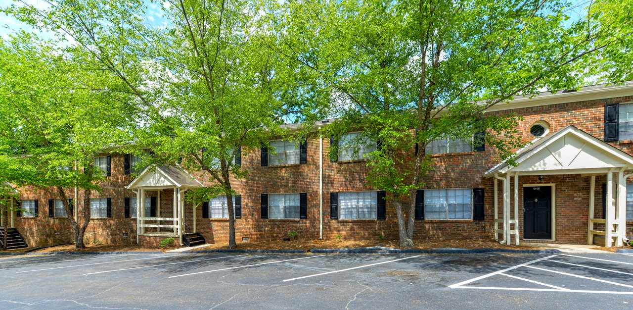 Well maintained buildings and landscaping | Great move in specials | Stratford Arms Apartment Homes | Riverdale, GA 30274