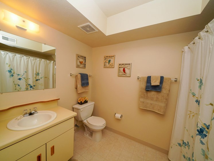 Large Bathrooms at Dupont Lakes Apartments, Fort Wayne, Indiana