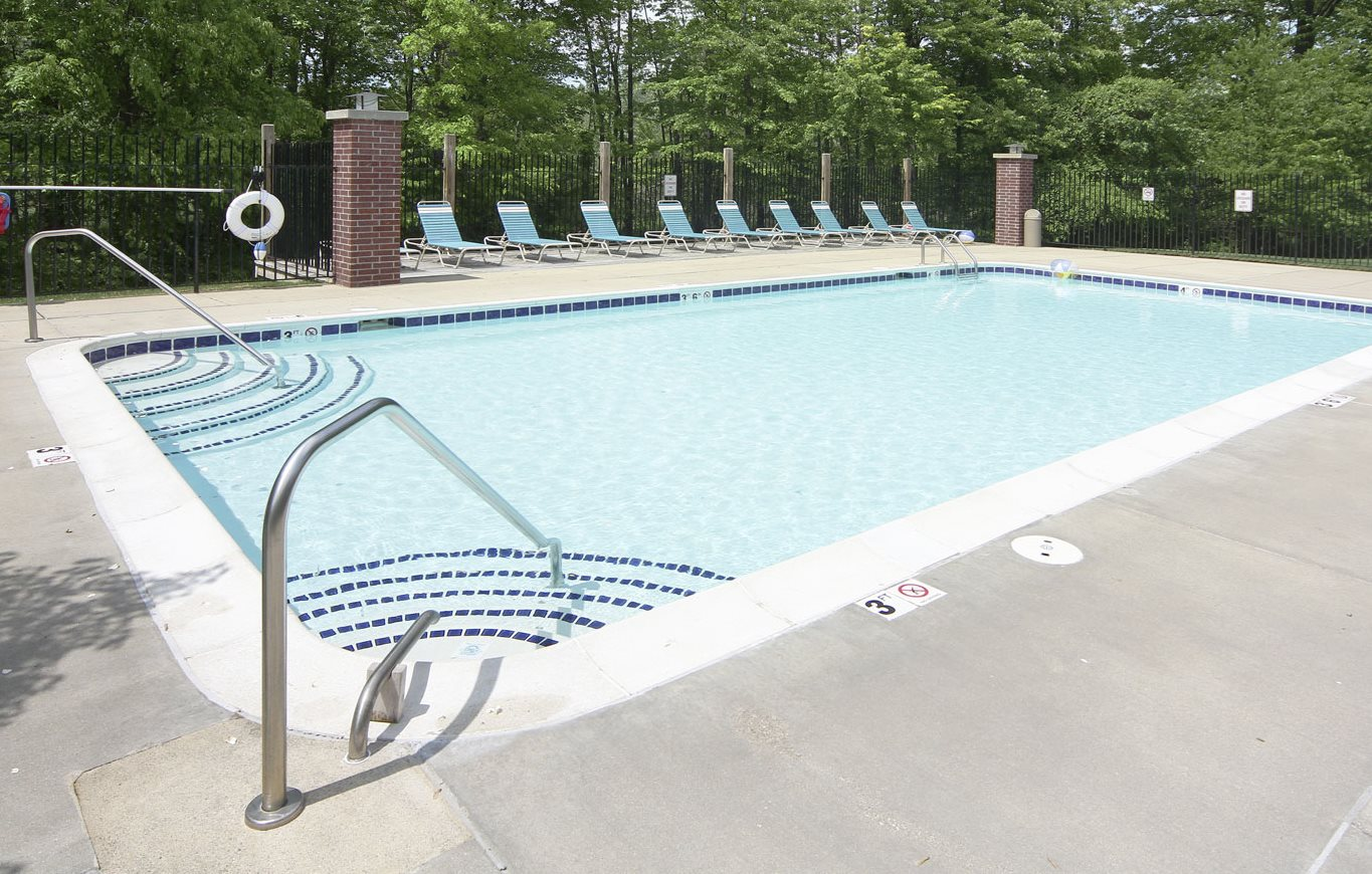 Large Outdoor Swimming Pool at Glenn Valley Apartments, 49015