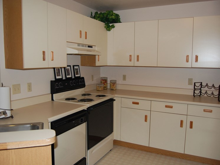Fully Equipped Kitchen at Oak Shores Apartments, Oak Creek